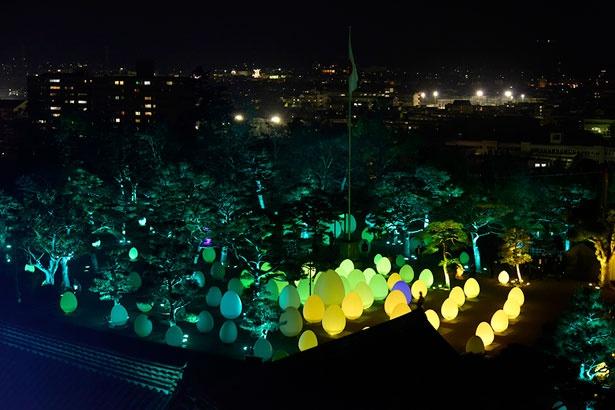 天守閣からみた高知公園の様子。幻想的な作品は、高知市の夜景にも美しく映える