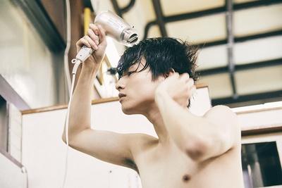 【写真を見る】髪をかき上げながらドライヤー中!半裸で鏡を見つめる姿も♡