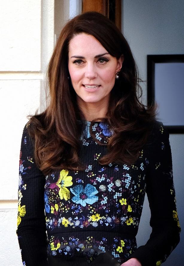 キャサリン妃とメーガン妃、同じ日に同色のミニスカートでコーデが偶然一致⁉