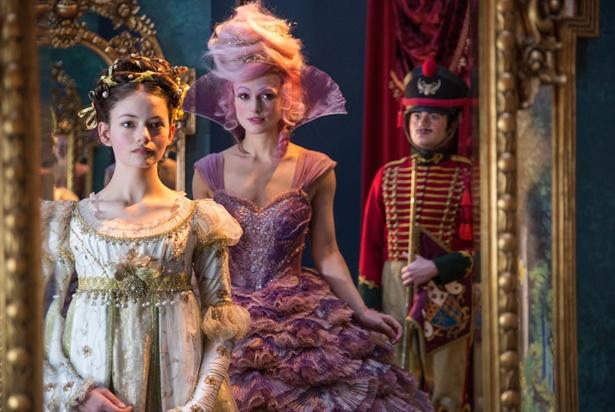 【写真を見る】豪華なドレスでさらに輝きを増すマッケンジー・フォイ