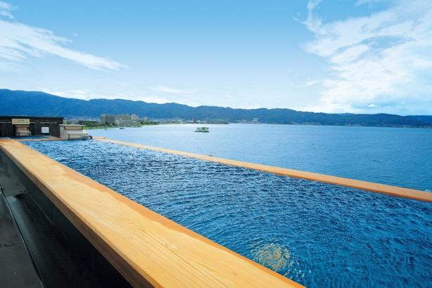 【写真を見る】一年間頑張ったあなたに送りたい、ごほうびプランはこちら!「萃sui-諏訪湖」では、諏訪湖が目の前に広がる展望露天風呂を楽しめる。