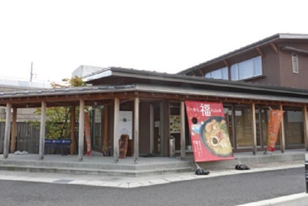 名湯の誉れ高い赤湯のメインストリートに立つモダンな店構え。湯上がりや飲みのシメに、24:30までの営業がうれしい