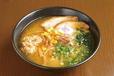 【写真を見る】具にひきわり納豆が斬新な辛味噌納豆らーめん800円