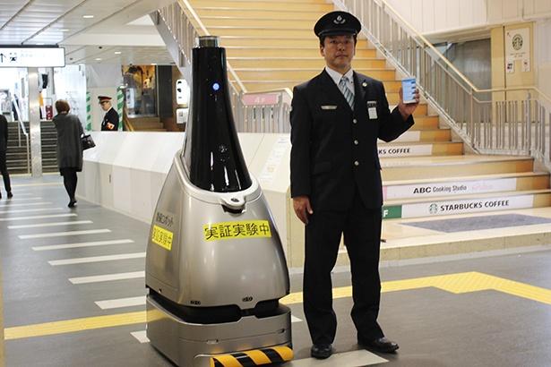 西武新宿駅で実証実験が行われる「ペルセウスボット」