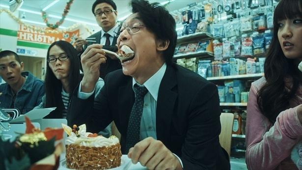 あまりのおいしさにケーキを丸ごと平らげる!
