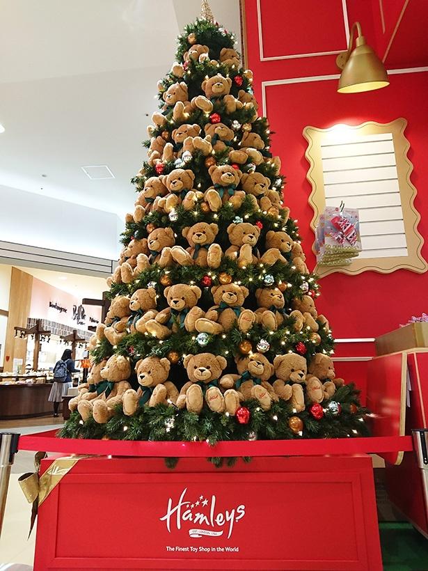 1Fの店頭前にはクマのぬいぐるみで彩られたクリスマスツリーも
