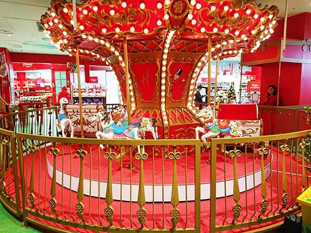 1Fにはメリーゴーランドもあり楽しい雰囲気。3歳~小学生の子供が遊べる(1回300円)