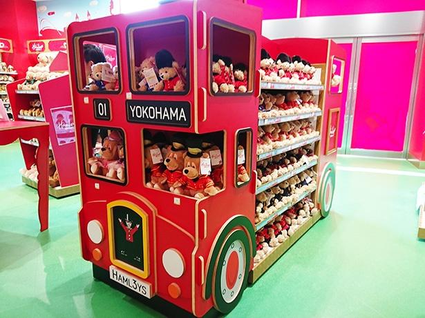 ハムリーズのキャラクター「ハムリー」と「ハッティ」などが赤いバスに乗っているのがキュート!