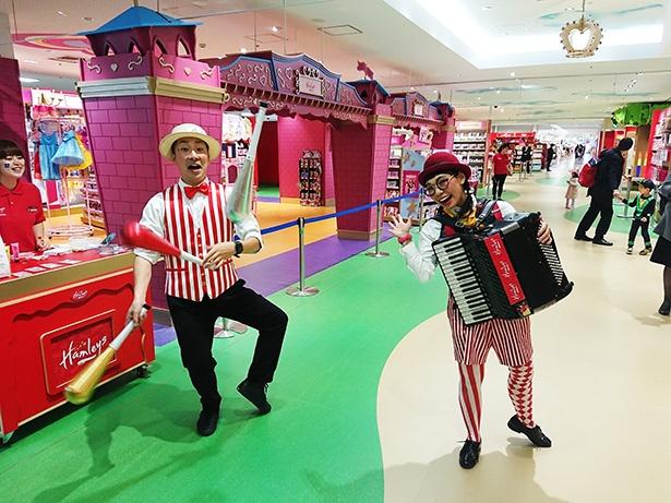 ジャグリングやアコーディオン演奏など、玩具店とは思えないパフォーマンスは見てるだけで楽しい