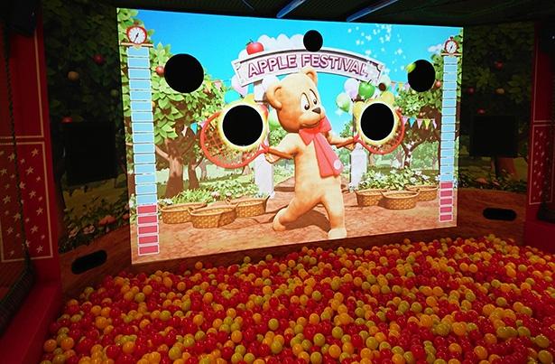 キレッキレの動きをするハムリーのラケットのところにボールを入れるハムリーアップル