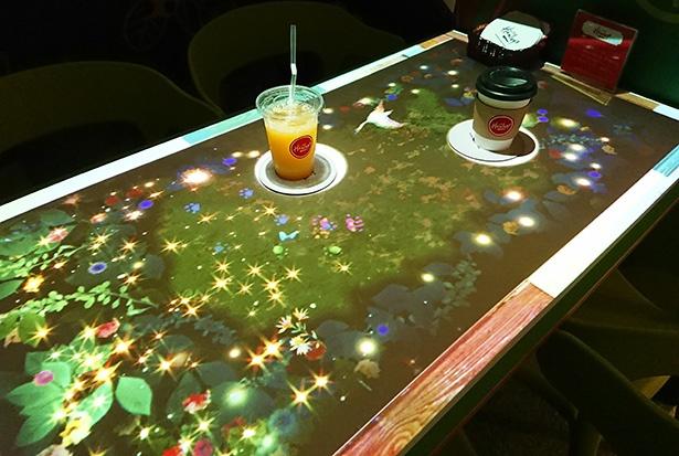 最新映像を駆使して、さまざまな動物や鳥などが動くテーブル。コースターを動かすとスポットライトも動く仕掛けも