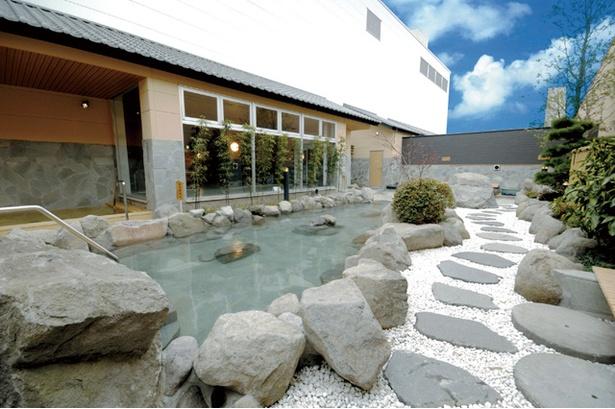 天然温泉 コロナの湯 小倉店 / 開放感あふれる露天の岩風呂
