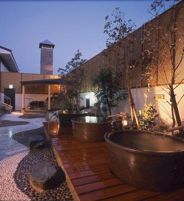 【写真を見る】本城天然温泉 おとぎの杜 / 湯舟を独占できる壺湯や、炭をくぐり抜けさせた少しぬるめの温泉、流れ湯に体をゆだねてくつろげる温泉など珍しい湯浴みも
