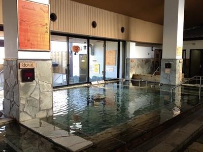 本城天然温泉 おとぎの杜 / 広い浴槽が自慢の内風呂。親子や友人といっしょに手足を伸ばしながら、柔らかな肌触りの湯でくつろげる