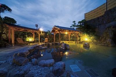 河内天然温泉 あじさいの湯 / 岩造りの露天風呂。奥の洞窟風呂は子供に人気だ