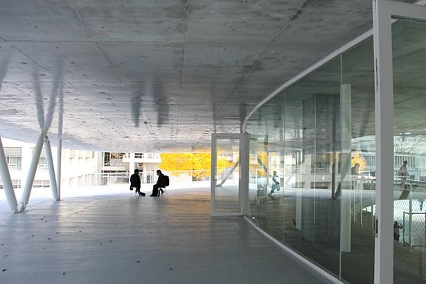 新校舎2階のオープンテラス
