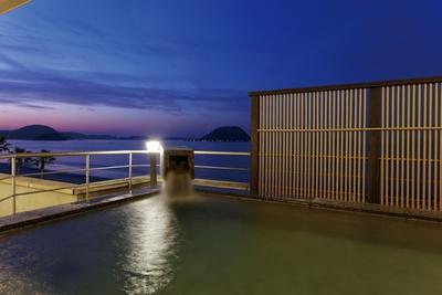 【写真を見る】唐津シーサイドホテル / 唐津湾の絶景を温泉に入りながら堪能できる