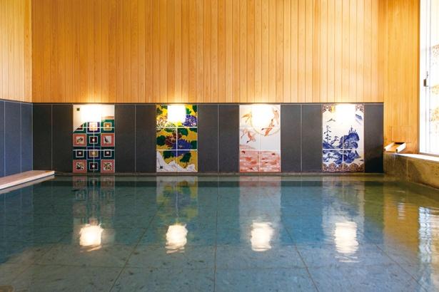 「色絵、赤絵などさまざまな様式ごとのアートパネルを鑑賞してみてください!」(嶋村)/星野リゾート 界 加賀