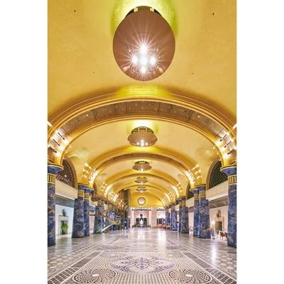 「金箔張りのドーム天井を支える柱は、ウィーンのオペラハウスと同じ、特殊な技法で制作されたとか。1本1億円以上と言われています」(嶋村)/南紀白浜温泉 ホテル川久