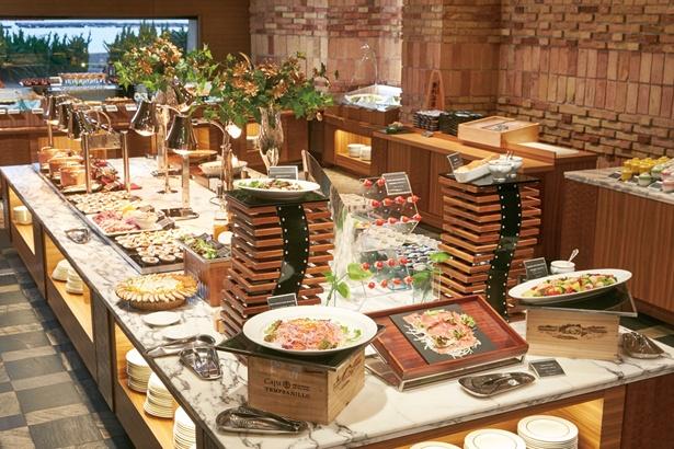 「ディナーでは和洋全80種類の料理を楽しむことができます」(嶋村)/南紀白浜温泉 ホテル川久