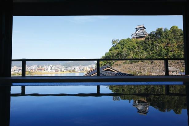 「貸し切り風呂からの景色です。城と木曽川、どちらも望むことができるなんで、贅沢ですよね」(嶋村)/灯屋 迎帆楼