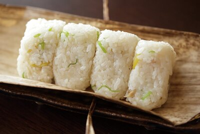 「余った土鍋ご飯で作るおにぎりは、夜食にぴったりです」(嶋村)/寛ぎの諏訪の湯宿 萃sui-諏訪湖