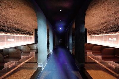 照葉スパリゾート / 岩盤房自慢の「蒼の洞窟」は神秘的な空間。立ちこめるスチームが発汗とデトックス効果を高める