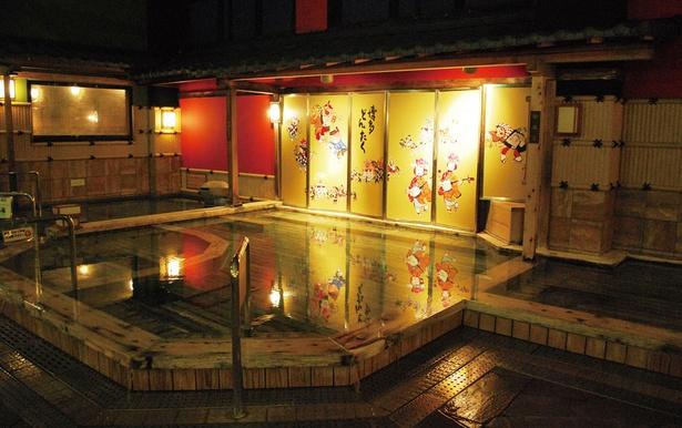 博多の森 湯処 月の湯 /金屏風が印象的な内湯。ミルキーバスなど女性限定の湯舟も