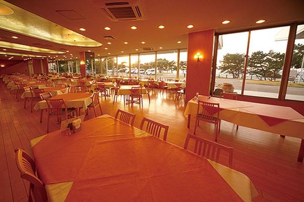 休暇村 志賀島 金印の湯 / 勝馬海水浴場前に建ち、レストランや客室などからも海を一望できる