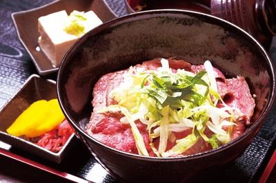 【写真を見る】「飛騨牛ローストビーフ丼」(1700円)/飛騨牛食べ処てんから