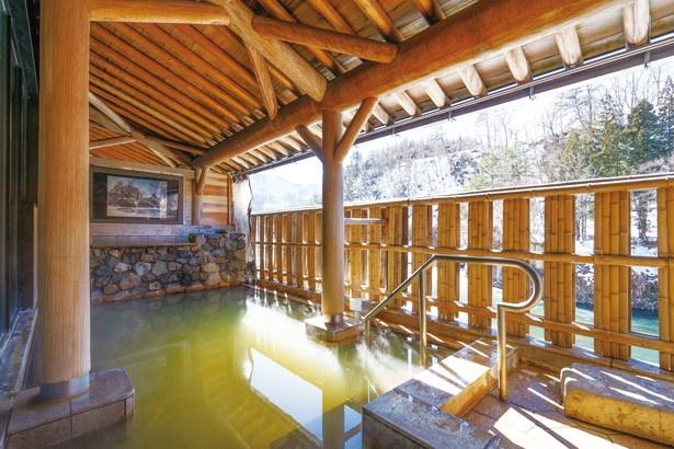 露天風呂からは、白山連峰や眼下を流れる庄川が見られる