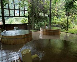 吉祥の湯 / 伝統の職人技で作られる桶風呂。全湯舟に加温・加水一切なしの源泉をかけ流す