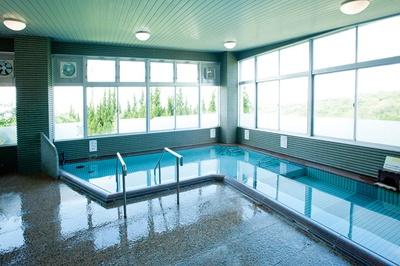 【写真を見る】おおむたハイツ / 内湯から窓越しに見える景色も抜群!