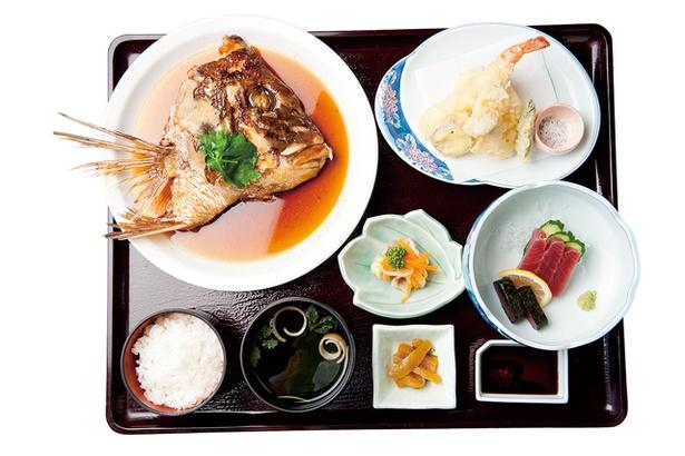 おおむたハイツ / 有明海で水揚げされた魚介が主役の「有明定食」(1620円)。鯛のアラ炊きや、エビの天ぷらなどが味わえる