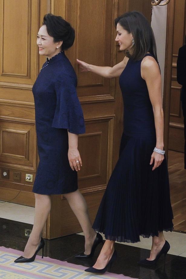 主席夫人のドレスとも色がマッチング!