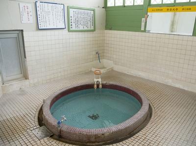大和温泉 / 観や丸い浴槽、壁の看板も、建てられた1950年ごろのまま