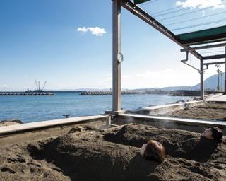 別府海浜砂湯 / 可動式屋根があり雨天時もOK。待ち時間が出たり最終受付が早まったりすることもあるので、余裕をもって出かけよう