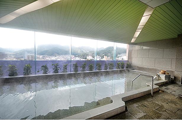 ホテル桜 / 展望大浴場「飛天の湯」からは西側の景色が見える。柿右衛門と、古伊万里をイメージした有田焼の陶板が飾られた天井も必見