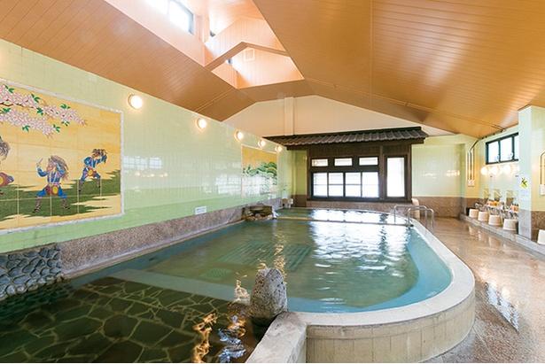 うれしの源泉 百年の湯 / 高い天井の開放的な内湯