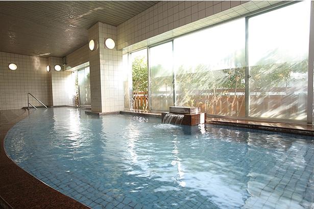 旅館 大村屋 / 光が射し込む、明るい雰囲気の大浴場