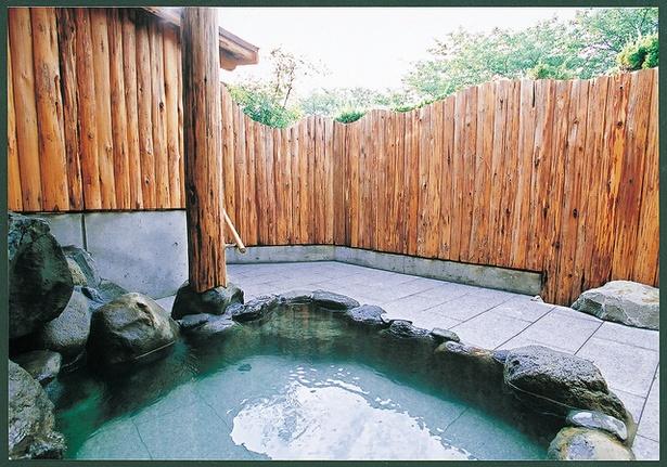 割烹旅館 鯉登苑 / 貸切り露天「星(きらり)」。無色透明のアルカリ泉