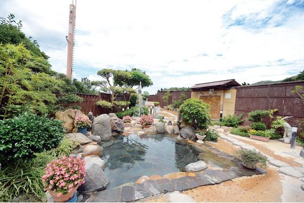まむしの湯 / 庭園風の露天風呂。カベ湯や足湯、五右衛門風呂など、バラエティ豊かな6種類の湯舟が並ぶ