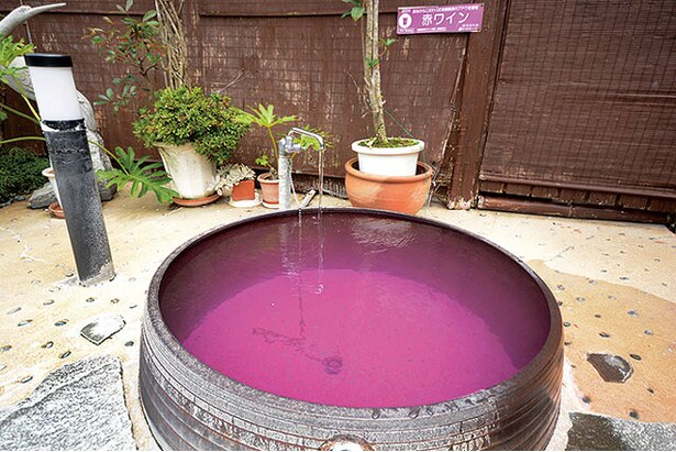 まむしの湯 / 赤ワイン成分を溶け込ませた「赤ワイン風呂」。美肌効果で女性に人気