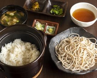 朝5時まで営業する横浜の隠れ家。お酒の後に自家製そばと土鍋ご飯で締めを