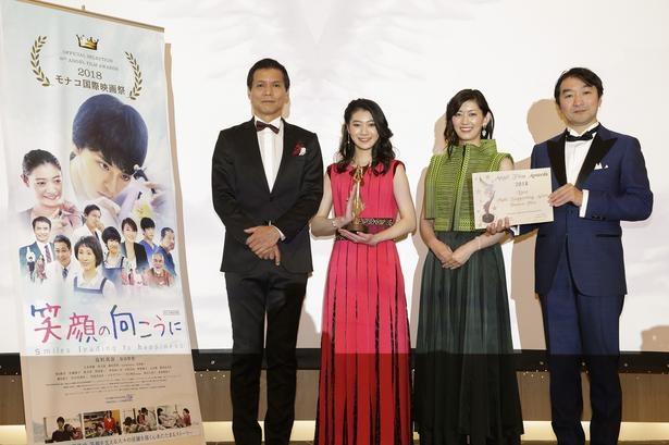 トロフィーを手に笑顔を見せる安田聖愛(写真中央)