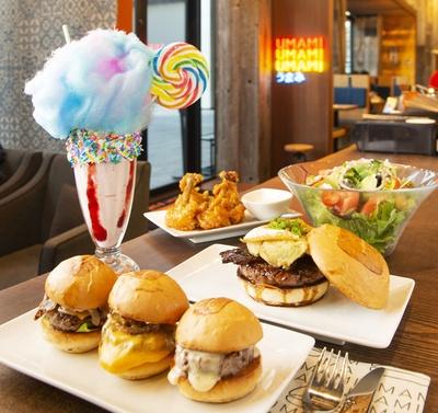 食べやすく、いろんな種類が楽しめる「スライダー トリオ」(1,814円、手前)など、旨味あふれるジューシーで個性あふれるハンバーガーを味わおう!