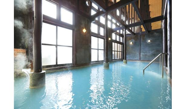 30人以上が入浴できる広々とした内湯。開放感のある吹き抜けの天井には太いはりが巡らせてあり、レトロな雰囲気だ。サウナも備える