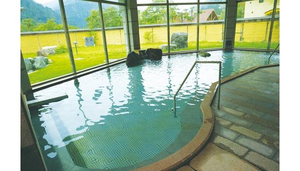 内湯の大浴場。低めの温度設定だが、ゆっくりつかっていると塩の効果で、体がポカポカになる石湯も評判だ
