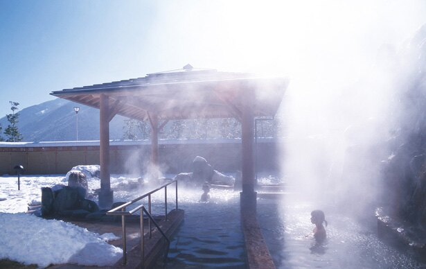 【写真を見る】晴れた日の露天風呂は、青空と白い雪とのコントラストが美しい