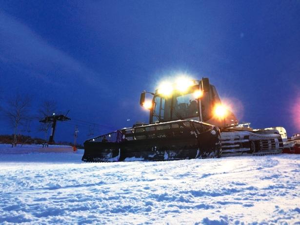 いつもは滑り降りているゲレンデを登る、圧雪車ならではの体験ができる。コックピットから仰ぐ満天の星は格別だ!
